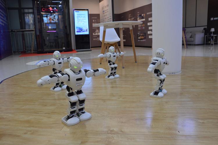 2跳舞机器人,右上角4G操作明显慢