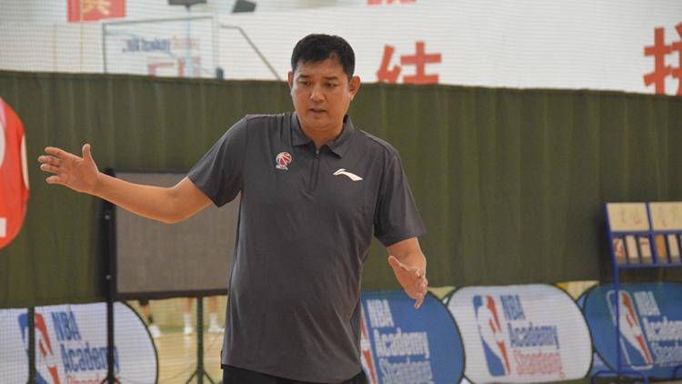 山东男篮教练组换新颜  首堂训练公开课状态饱满