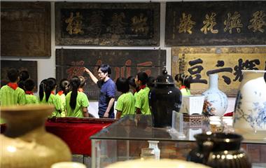 """滨州美术老师收集万余藏品 建起""""校园博物馆"""""""