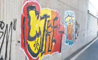 淄东铁路工程立交桥遭遇乱涂鸦