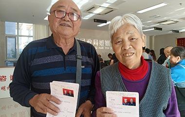滨州七旬老人与数百青年扎堆领证秀恩爱