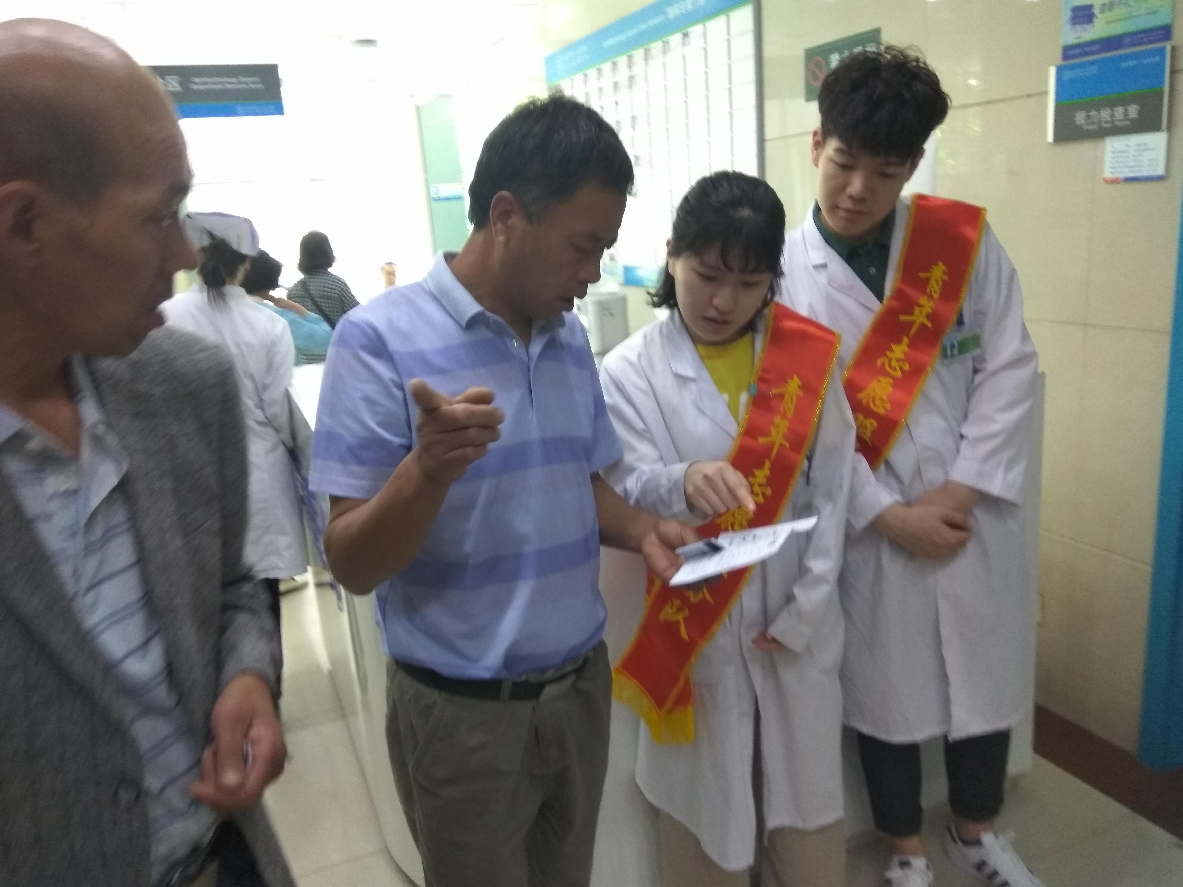 青年志愿者提供导医导诊服务