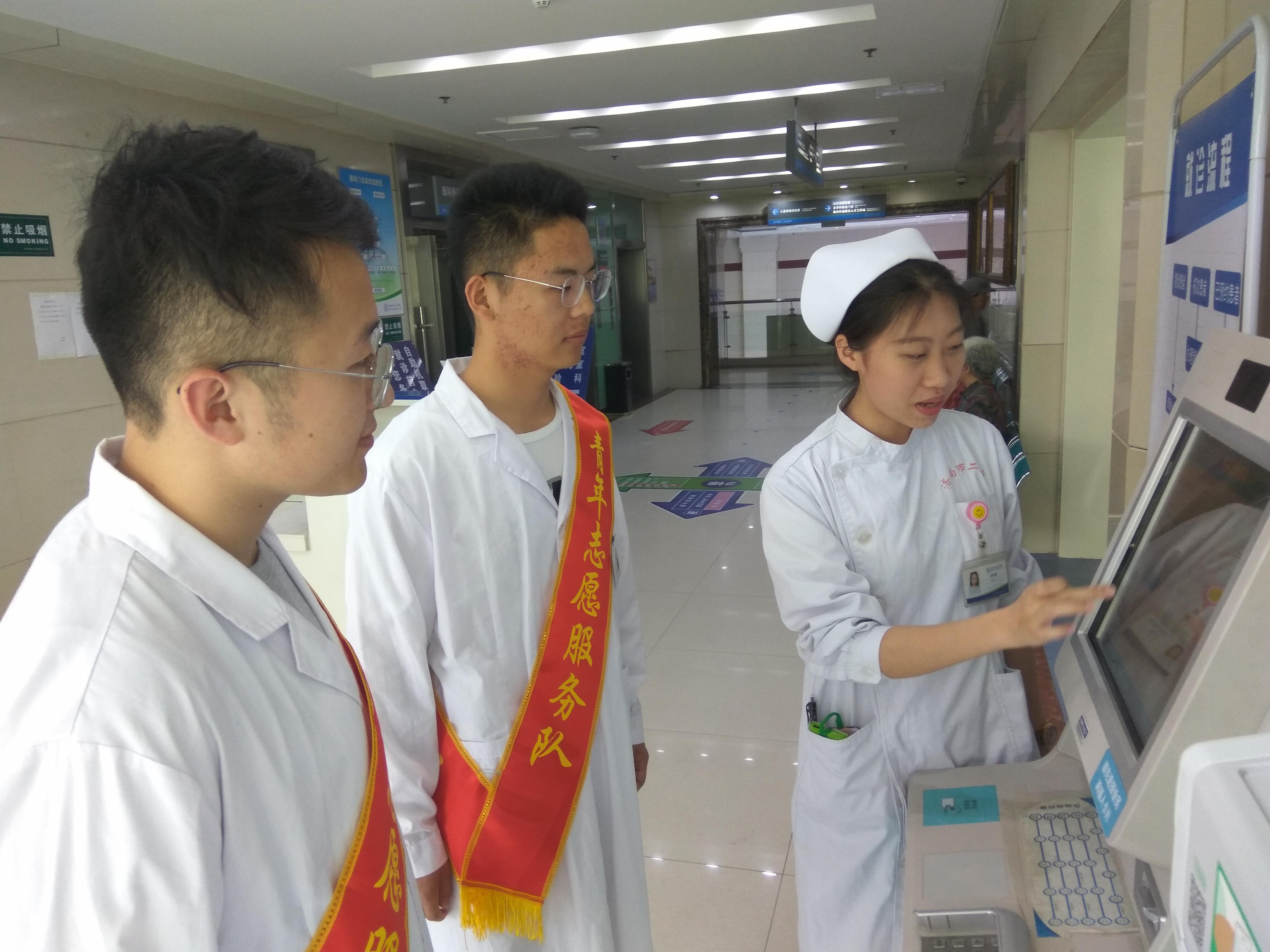 青年志愿者接受岗前培训