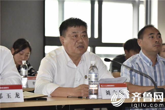 2、重庆能源职业学院党委书记刘大康就学校党建工作和主编、记者们进行分享。 周涛 摄