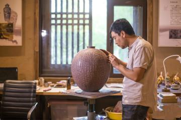 滨州80后再刻甲骨文紫砂瓶 三个月刻绘2744字