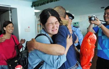 渔民海上遇险11天被救 青岛港家人相聚恍如再生