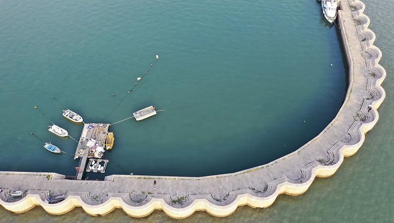 组图:青岛码头堤坝似花边镶嵌海面 蓝绿乳灰海水相映成趣