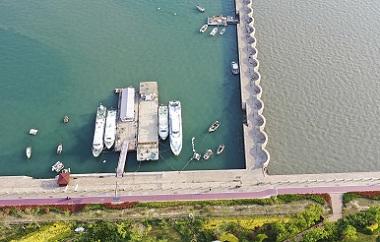 青岛码头堤坝似花边镶嵌海面 蓝绿乳灰海水相映