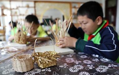 山东威海:非遗进校园 学生课堂上学手艺
