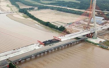 济南:泰东高速黄河大桥顺利合龙