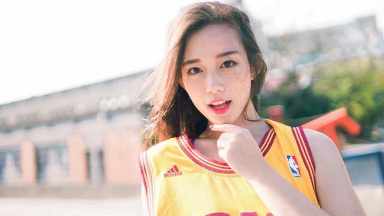 台湾美女模特被男球迷热捧 阳光女神身材棒