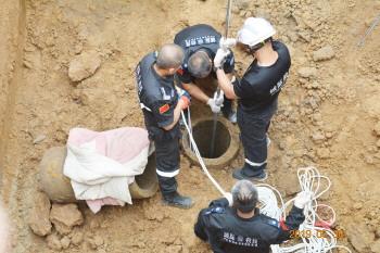 8旬老人坠入田间水井身亡 淄博城际救援队前往救援将老人打捞出井