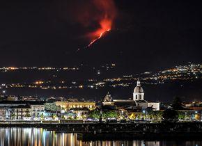 意大利埃特纳火山喷发 大量熔岩从火山口流出