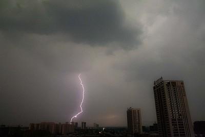 山东潍坊强降雨天气 乌云密布白天如黑夜