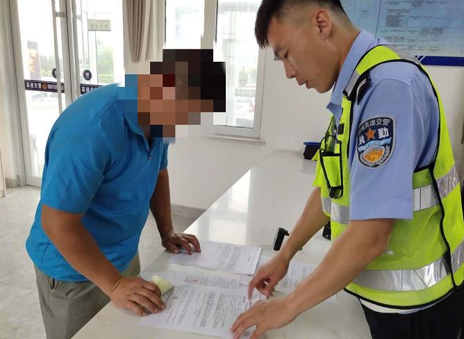 一男子因准驾车型不符竟在应急车道停车换驾驶员 被记18分