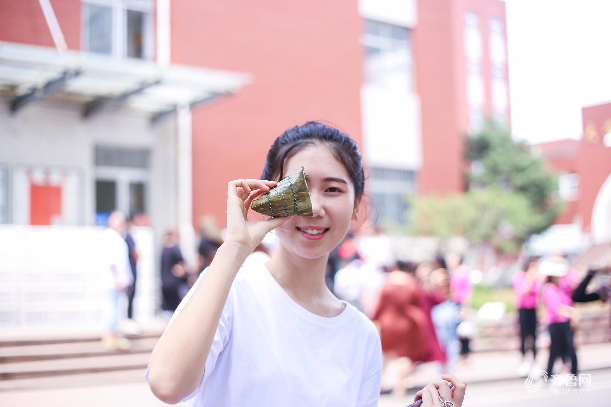 济南:端午节前夕 一高校为在校生免费发放粽子