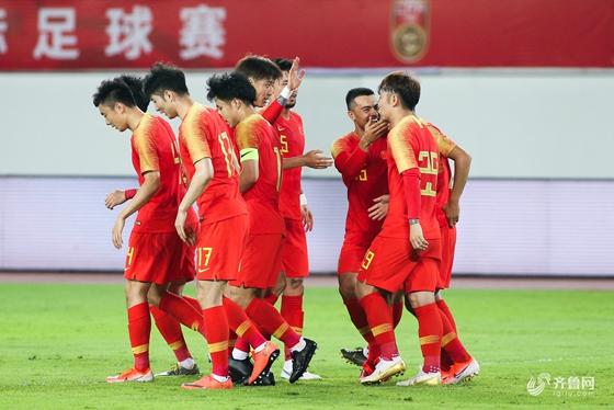 吴曦张稀哲各建功 国足2-0完胜十人菲律宾
