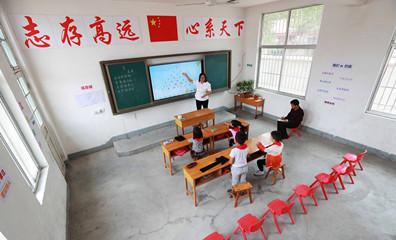 """临沂:农村""""微小学"""" 两位老师守着四个娃"""