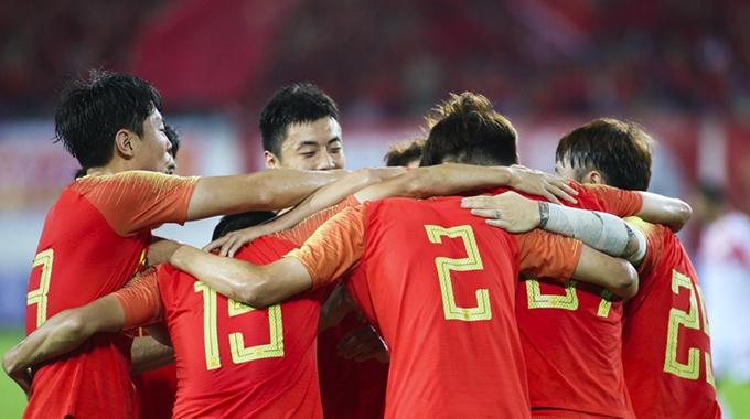 国足1-0胜塔吉克斯坦 众将热情相拥庆祝进球