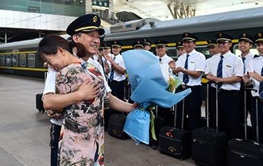 济南:列车长站台补过结婚纪念日 上演温情一刻