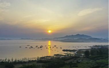 青岛海岸线蓝色绿色交织 夕阳溶金宛若油画