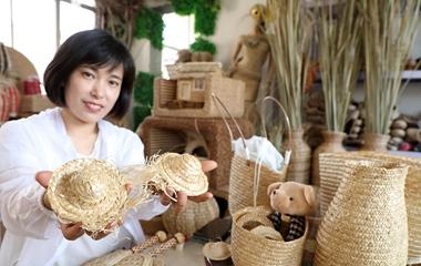 """滨州:小麦秸秆""""变身""""工艺品 绿色环保助农增收"""