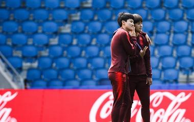 """2019女足世界杯:中国女足赛前踩场 """"王炸组合""""亲密合影"""