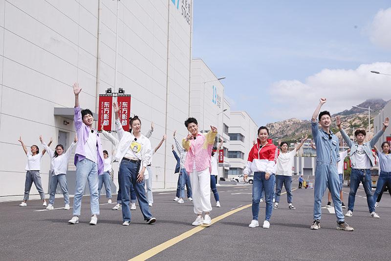 6王晓龙携谢泽成、杜兜、宋钰盈、韩妹每一同跳起青春舞步