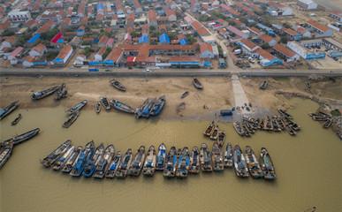 滨州:渤海休渔期,渔民忙检修