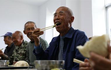 威海:退休女工开幸福食堂 为农村老人做爱心餐