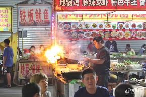 济南环联夜市人气火爆 夜间场面震撼