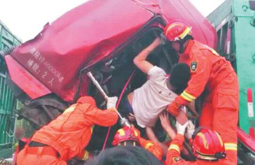 淄博消防用手臂搭起担架 从变形驾驶室救出两名被困者