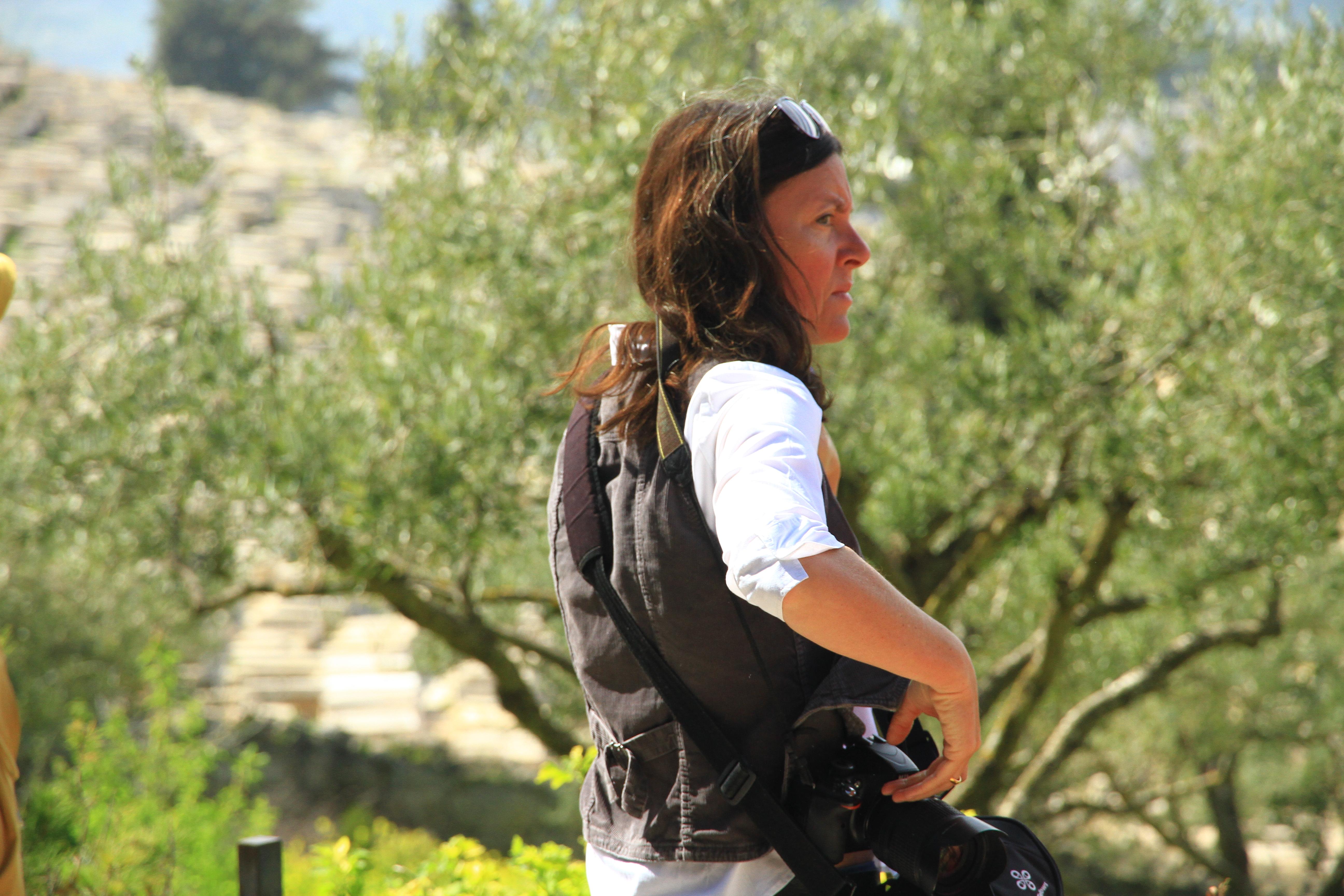 了不起--该女子腰间左右佩挂两部相机