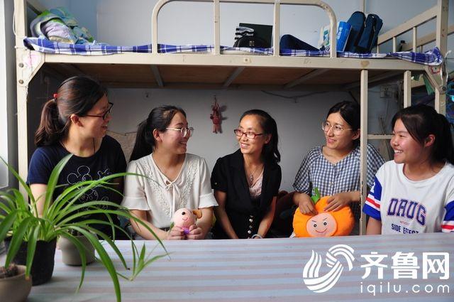 3、辅导员老师来到毕业生宿舍与学生交流。