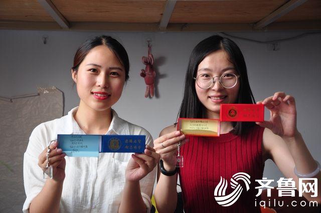5、毕业生收到来自学生送给的定制礼物和暖心小纸条。