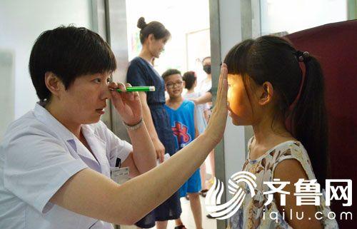 滨州姜玉坤眼视光中心专家给学生进行检查3