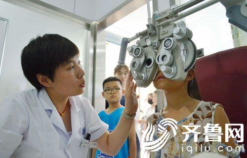 滨州姜玉坤眼视光中心专家给学生进行检查4