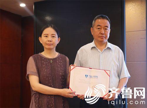 刘梅教授为邹平市人民医院颁发证书