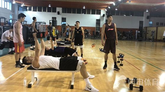 山东男篮田径场开启公开训练 三名球员正在试训