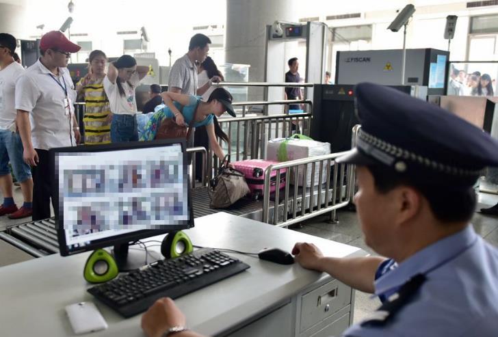 """济南铁路警方开展""""平安站车路 金盾护你行""""专项行动"""