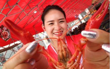 滨州:美女老板耗资百万引进小龙虾 摆豪宴邀市民品尝