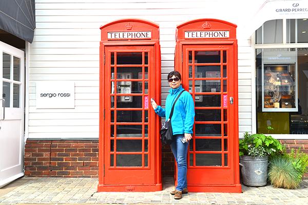 17  比斯特小镇上的红色电话亭。