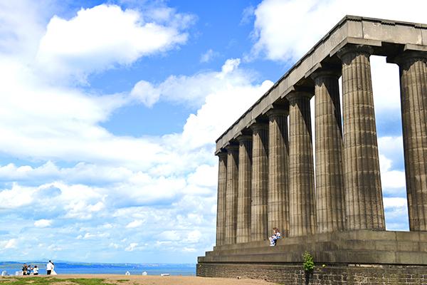 23  爱丁堡卡尔顿山上的国家纪念碑。