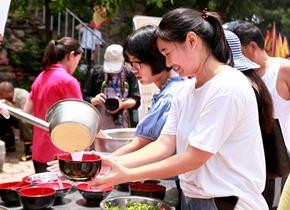"""临沂举办""""蒙山伏羊文化节""""活动 游客排队喝羊汤"""