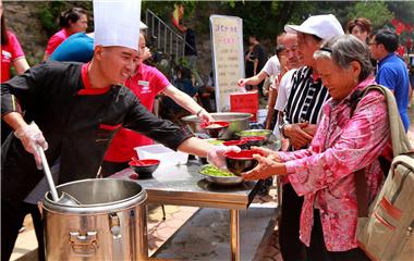美味挡不住!蒙山伏羊文化节开幕游客排队喝羊汤