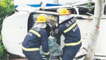 淄博一轿车撞树侧翻 消防员5分钟救出5人