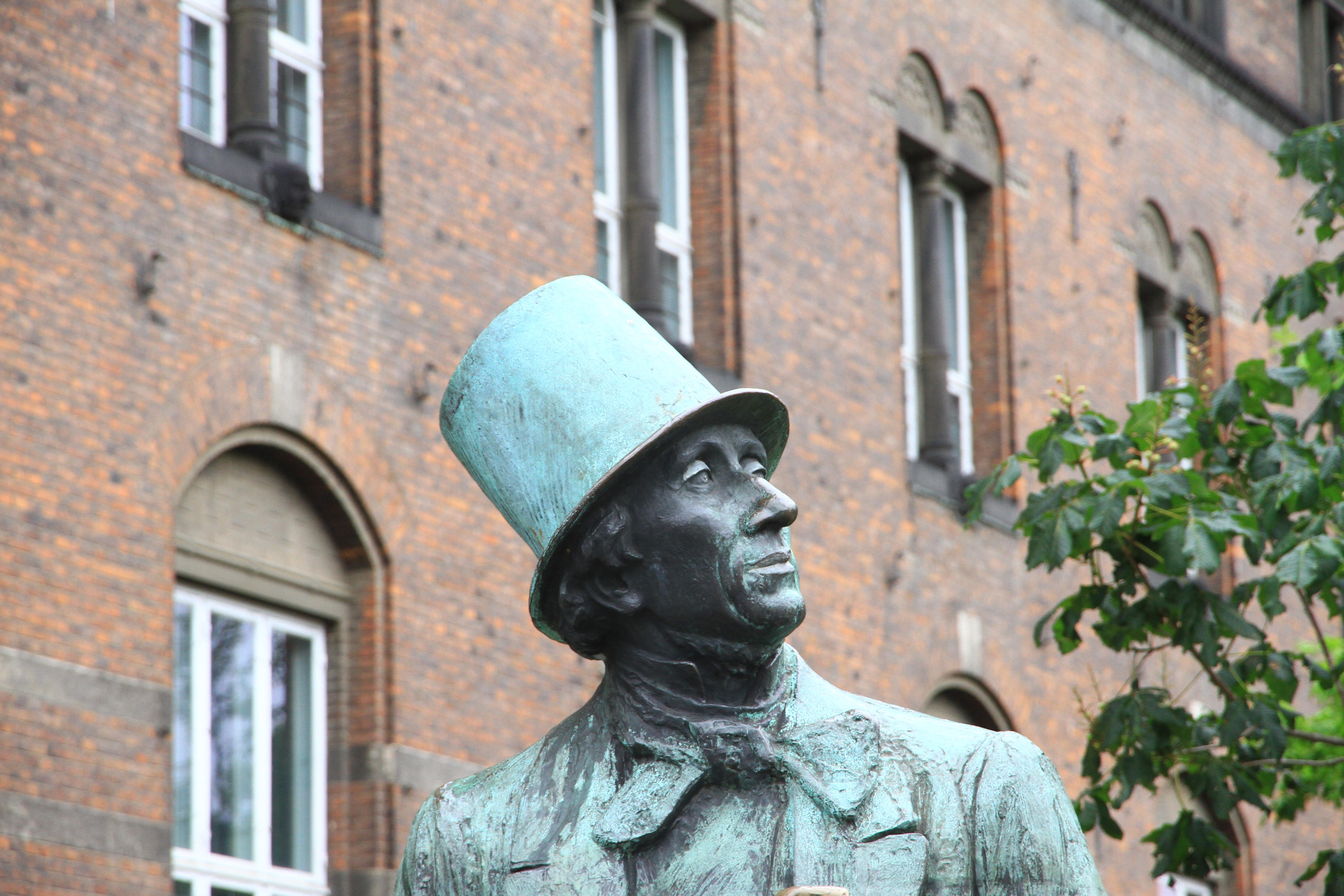 40、丹麦哥本哈根:市政厅广场安徒生铜像