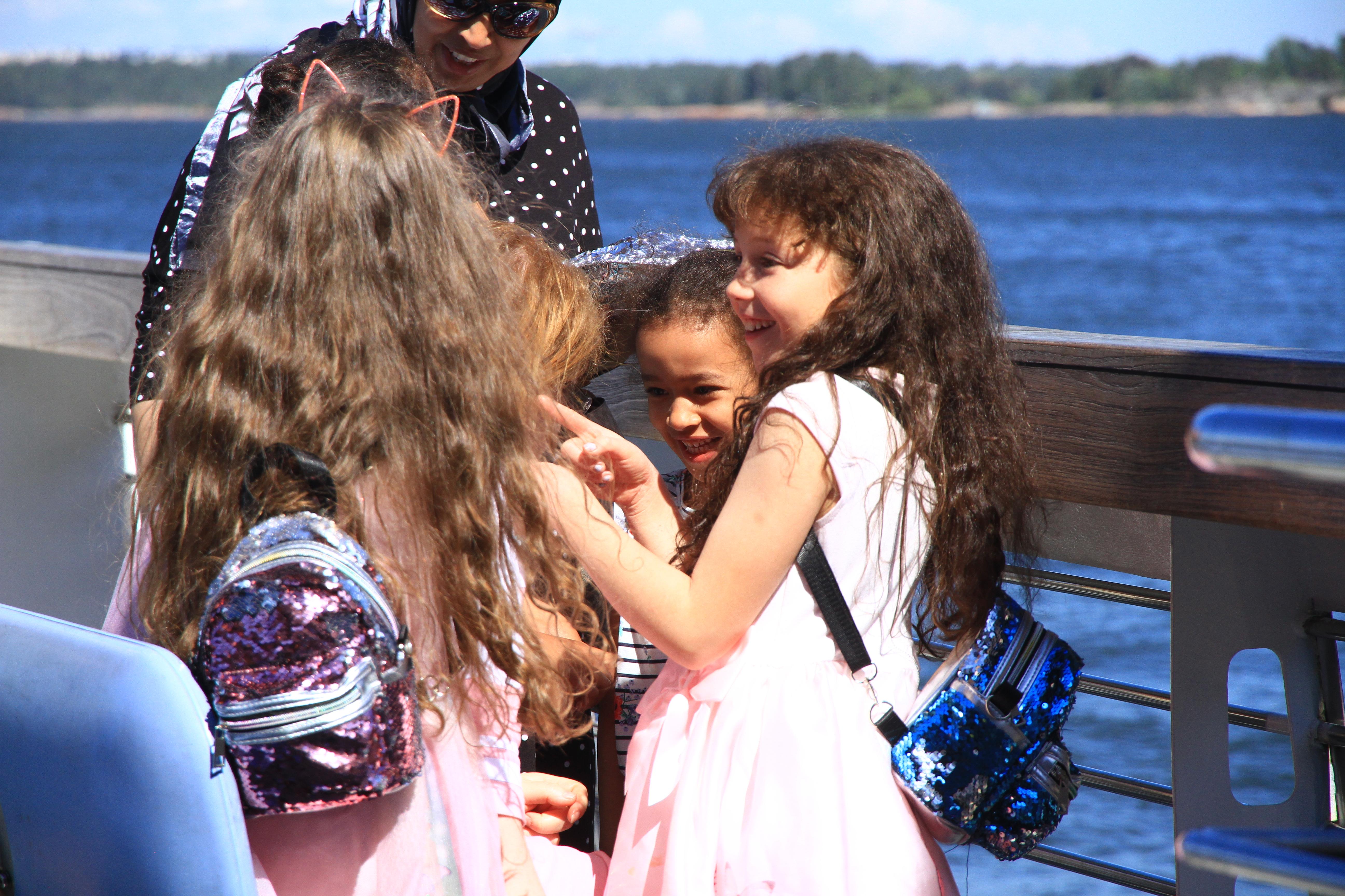 71、芬兰赫尔辛基:开往芬兰堡游船上说笑的小姑娘们