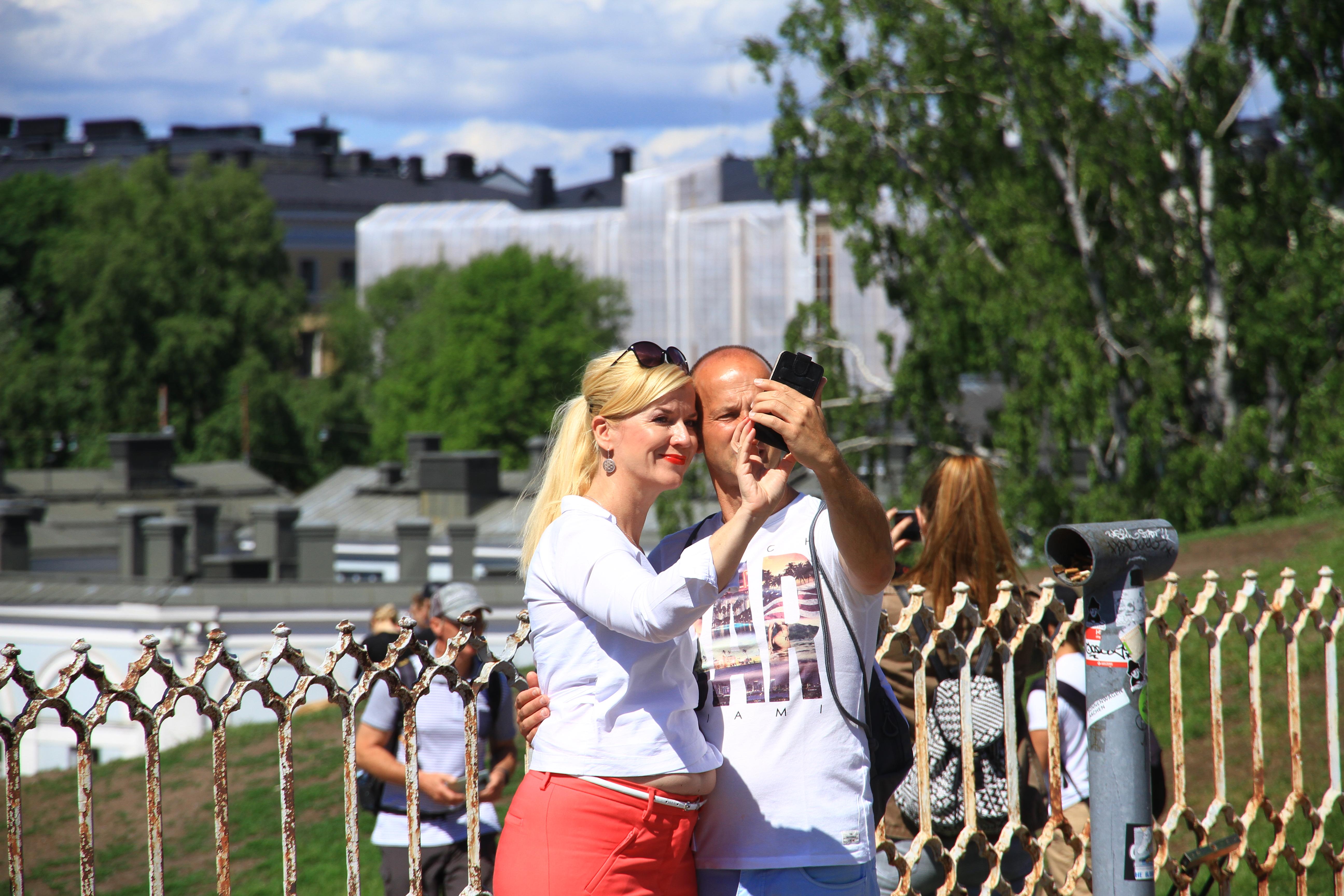 74、芬兰赫尔辛基:玩自拍的伴侣
