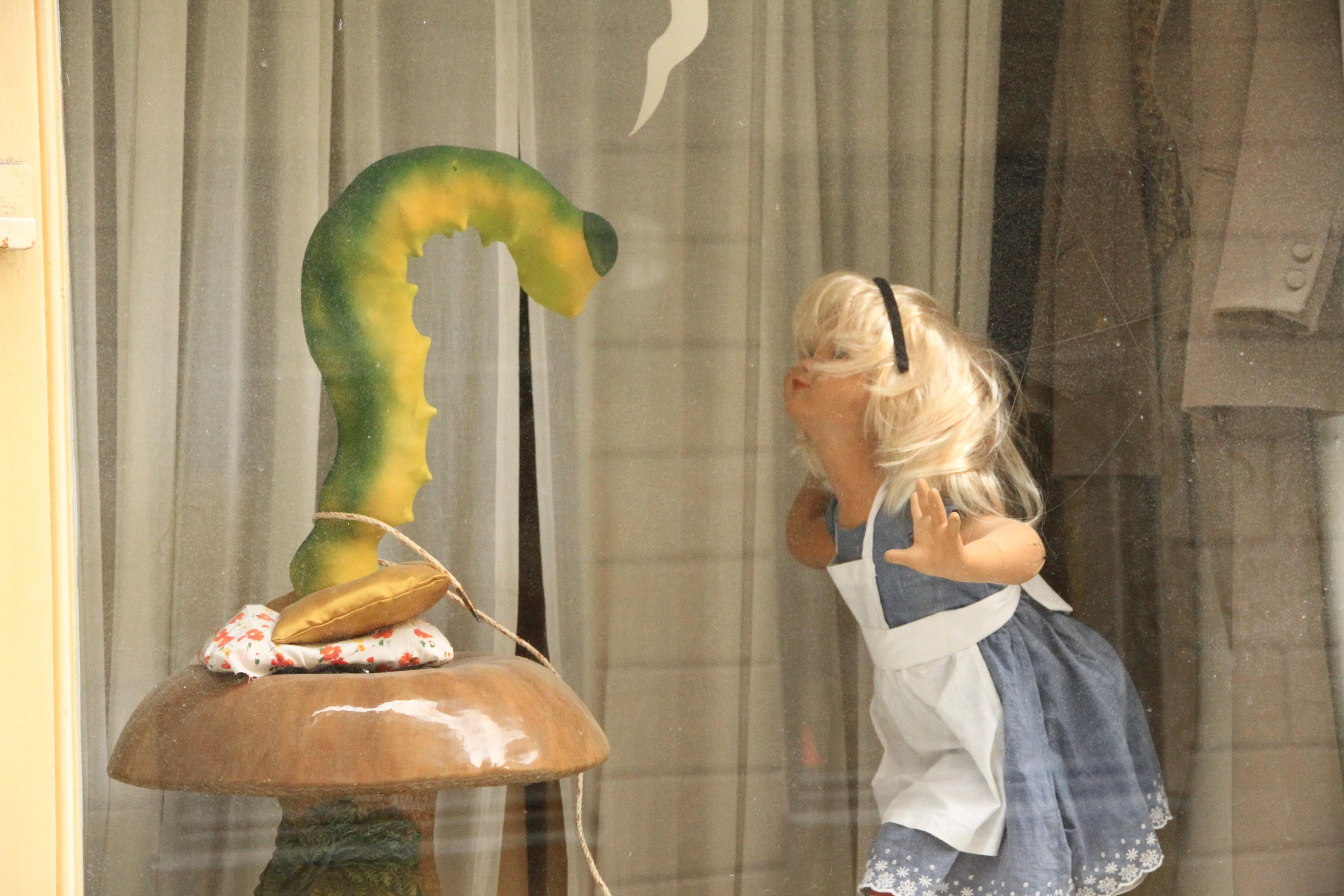 117、瑞典:橱窗里的女孩与毛毛虫